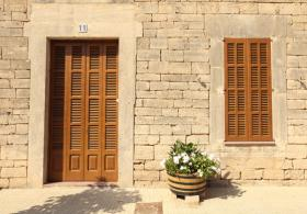 Glazing of Majorcan blinds